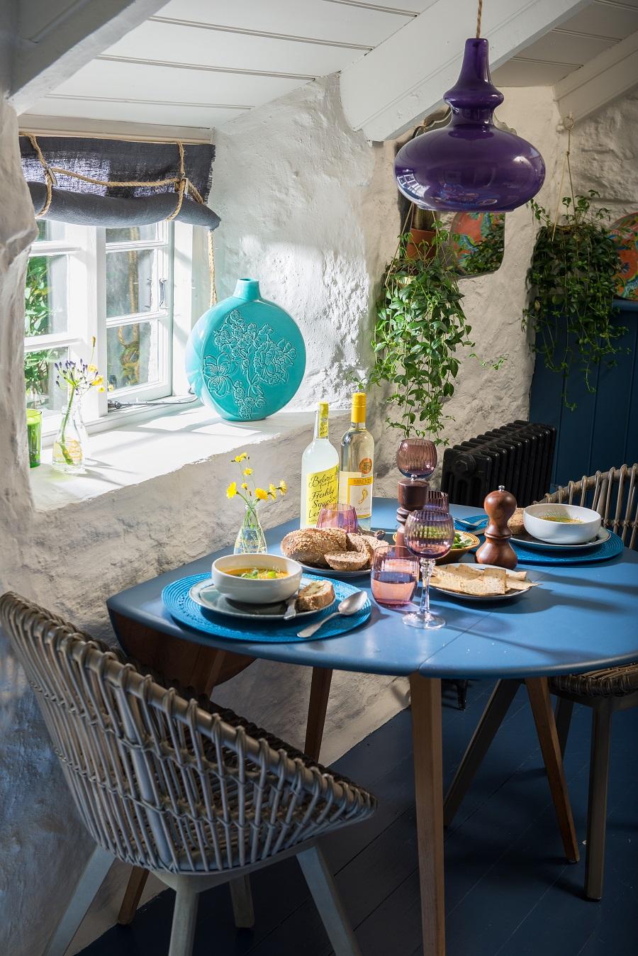 Albastru galben și mov în decorul rustic al unei case din Marea Britanie 6a