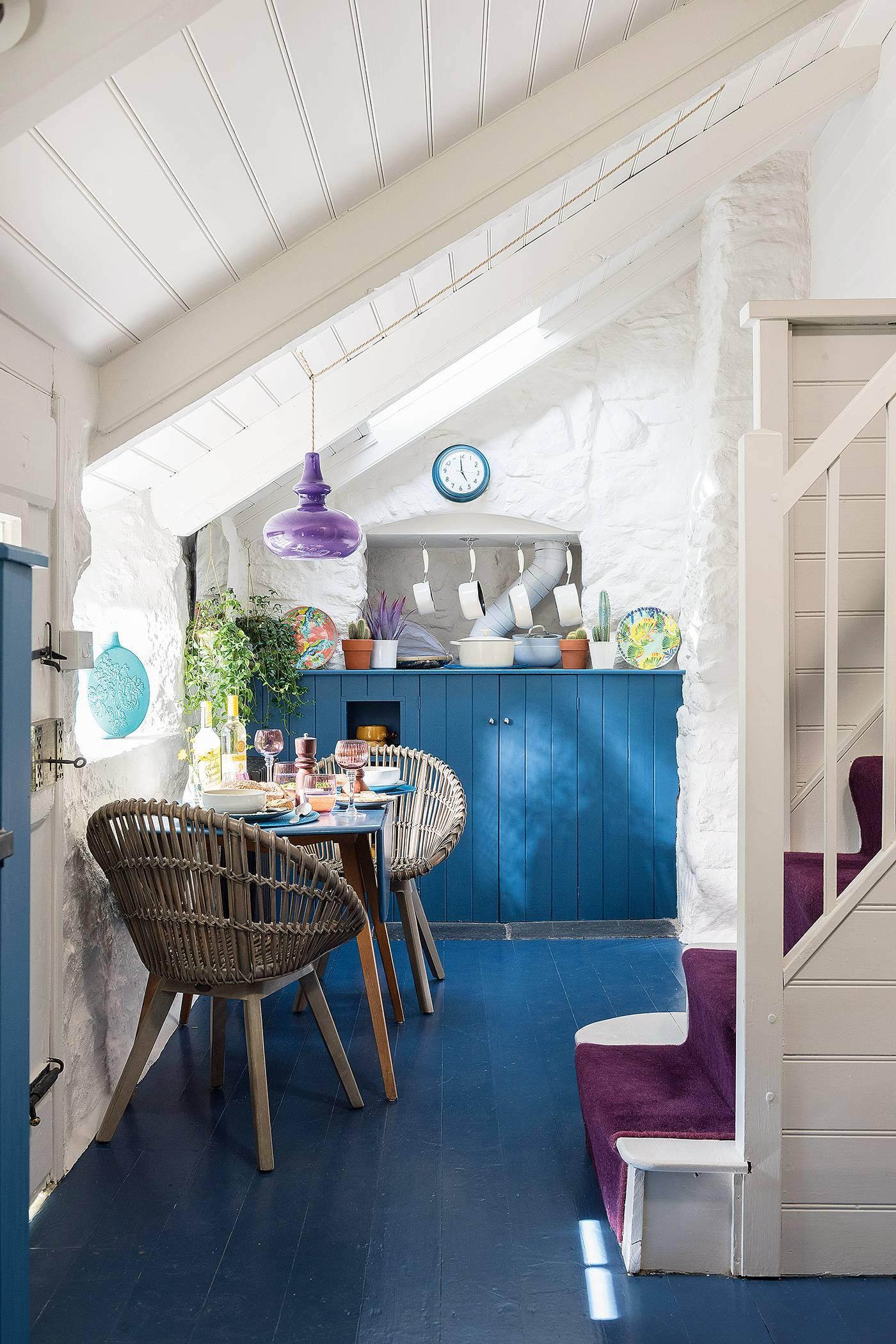 Albastru galben și mov în decorul rustic al unei case din Marea Britanie 7