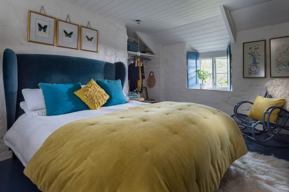Albastru galben și mov în decorul rustic al unei case din Marea Britanie 8