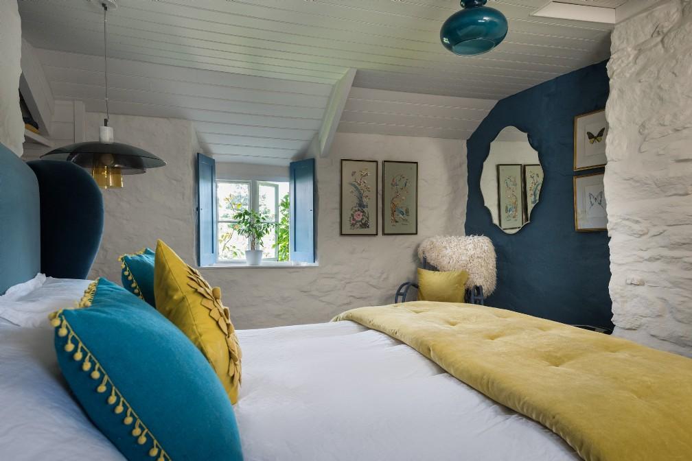 Albastru galben și mov în decorul rustic al unei case din Marea Britanie 9