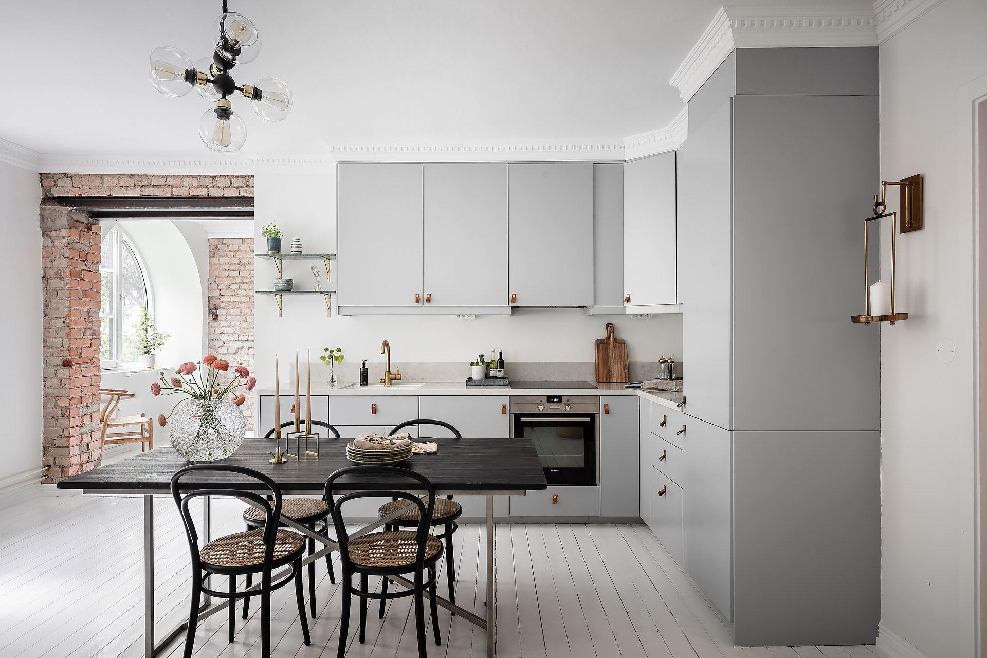 Cărămidă expusă și mânere din piele la corpurile de mobilier din bucătărie 3