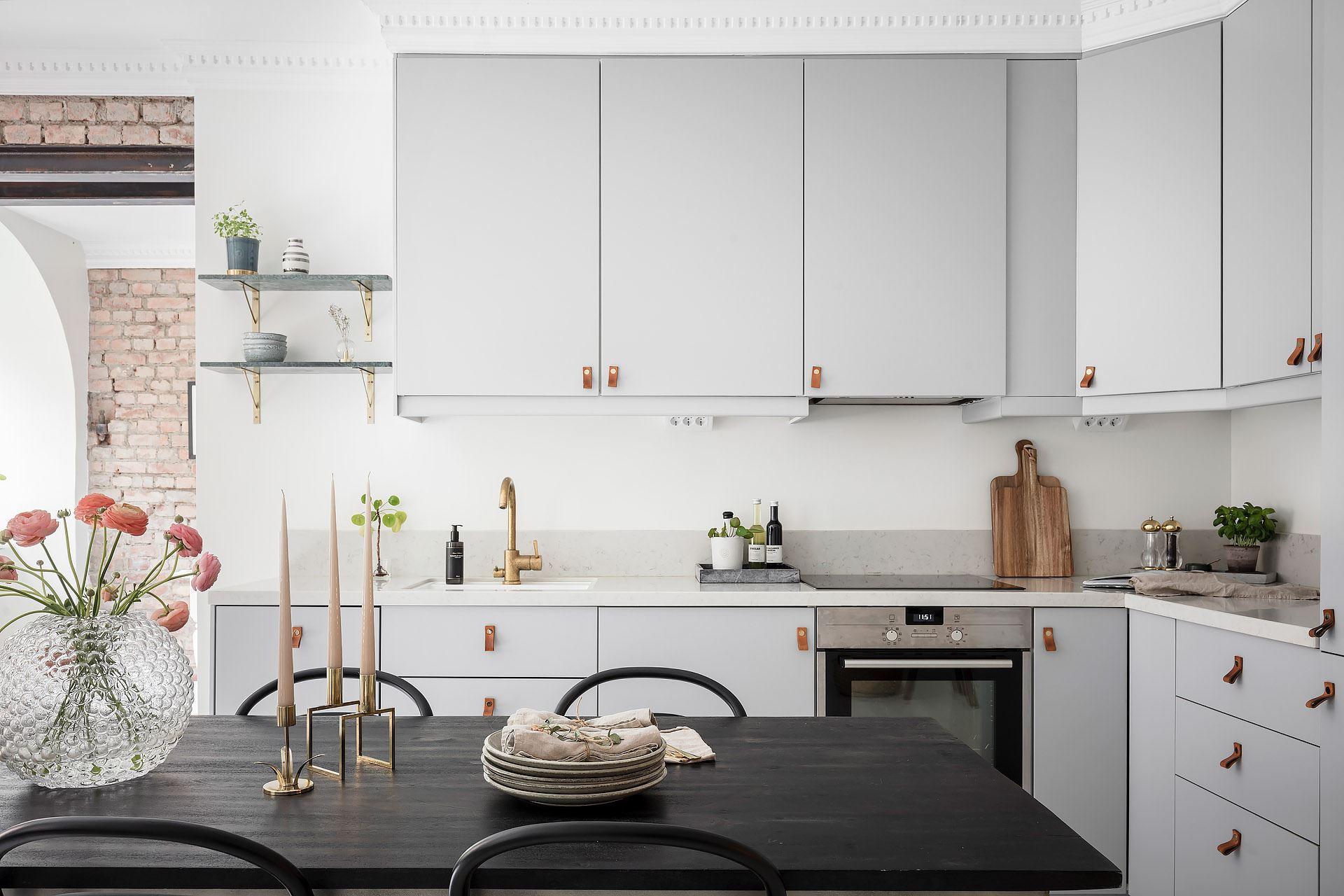 Cărămidă expusă și mânere din piele la corpurile de mobilier din bucătărie 4