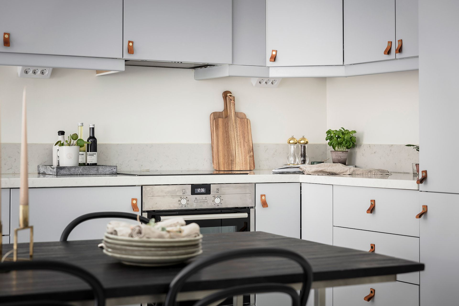 Cărămidă expusă și mânere din piele la corpurile de mobilier din bucătărie 5