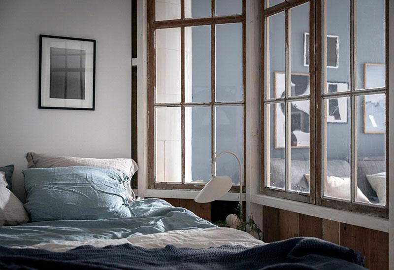 Perete din bucăți de lemn uși și ferestre vechi într o garsonieră de 44 m² 11