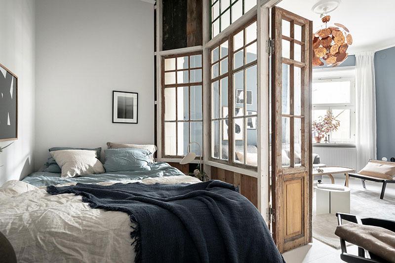 Perete din bucăți de lemn uși și ferestre vechi într o garsonieră de 44 m² 12