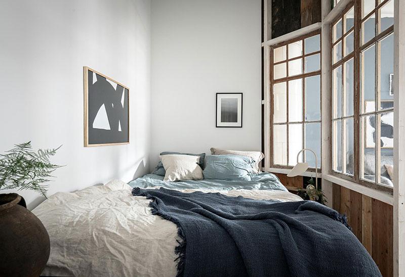 Perete din bucăți de lemn uși și ferestre vechi într o garsonieră de 44 m² 13