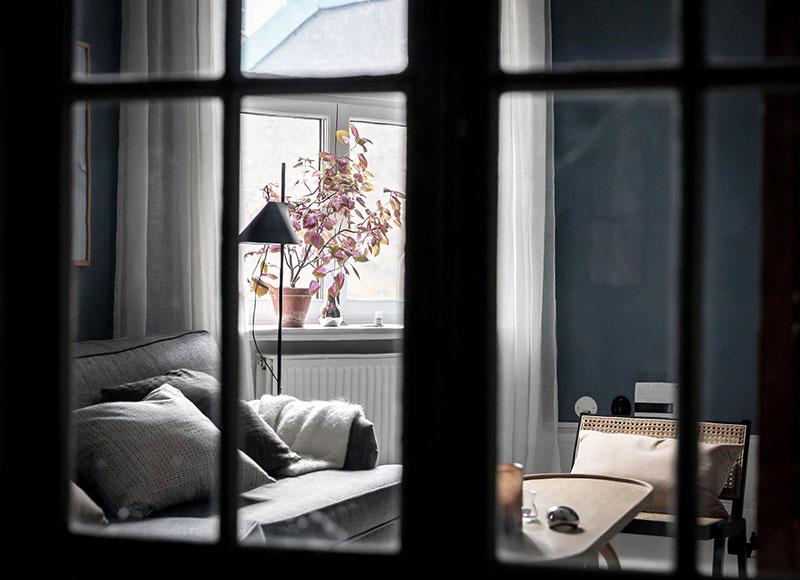 Perete din bucăți de lemn uși și ferestre vechi într o garsonieră de 44 m² 14