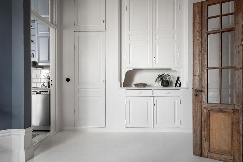 Perete din bucăți de lemn uși și ferestre vechi într o garsonieră de 44 m² 16