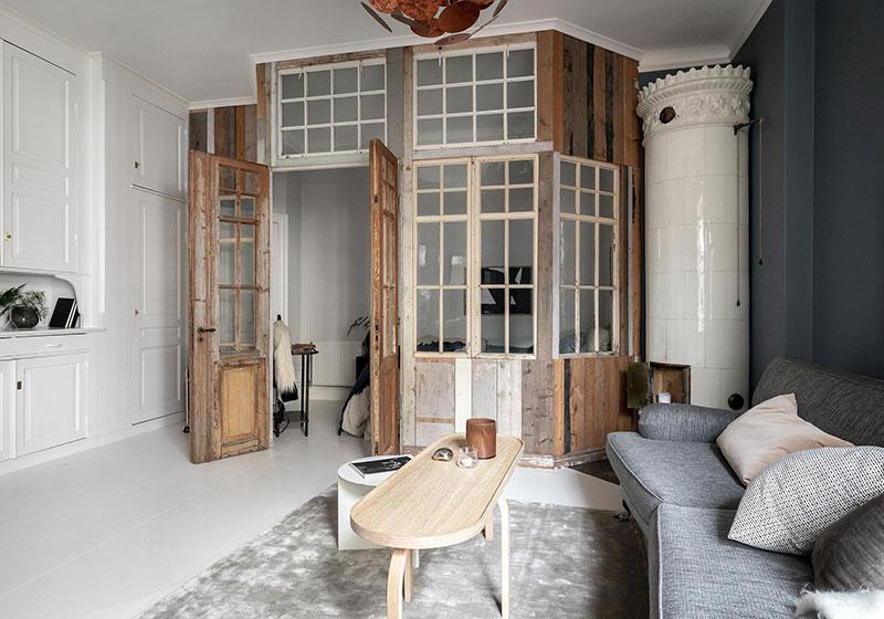 Perete din bucăți de lemn uși și ferestre vechi într o garsonieră de 44 m² 2