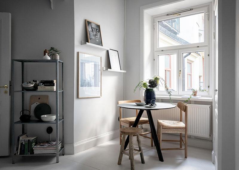 Perete din bucăți de lemn uși și ferestre vechi într o garsonieră de 44 m² 21