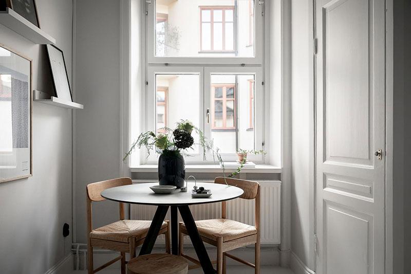Perete din bucăți de lemn uși și ferestre vechi într o garsonieră de 44 m² 22