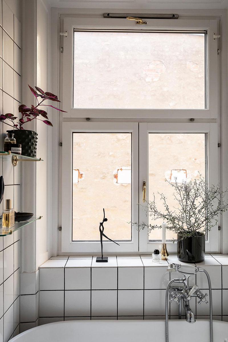 Perete din bucăți de lemn uși și ferestre vechi într o garsonieră de 44 m² 24