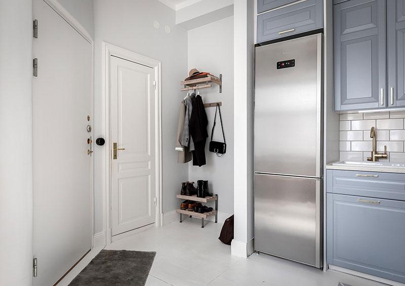 Perete din bucăți de lemn uși și ferestre vechi într o garsonieră de 44 m² 25