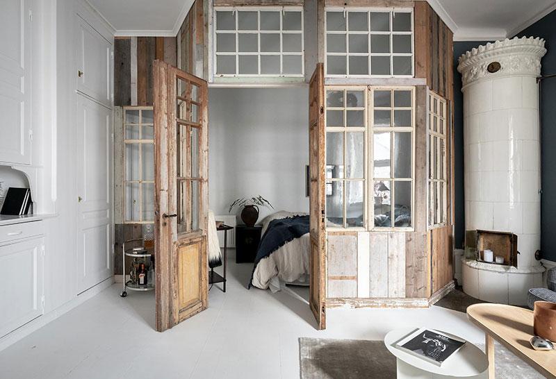 Perete din bucăți de lemn uși și ferestre vechi într o garsonieră de 44 m² 7