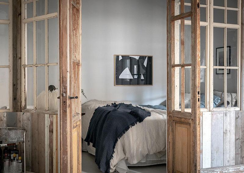 Perete din bucăți de lemn uși și ferestre vechi într o garsonieră de 44 m² 8