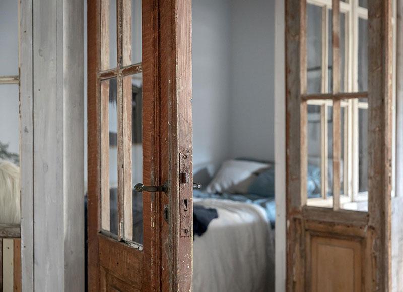 Perete din bucăți de lemn uși și ferestre vechi într o garsonieră de 44 m² 9