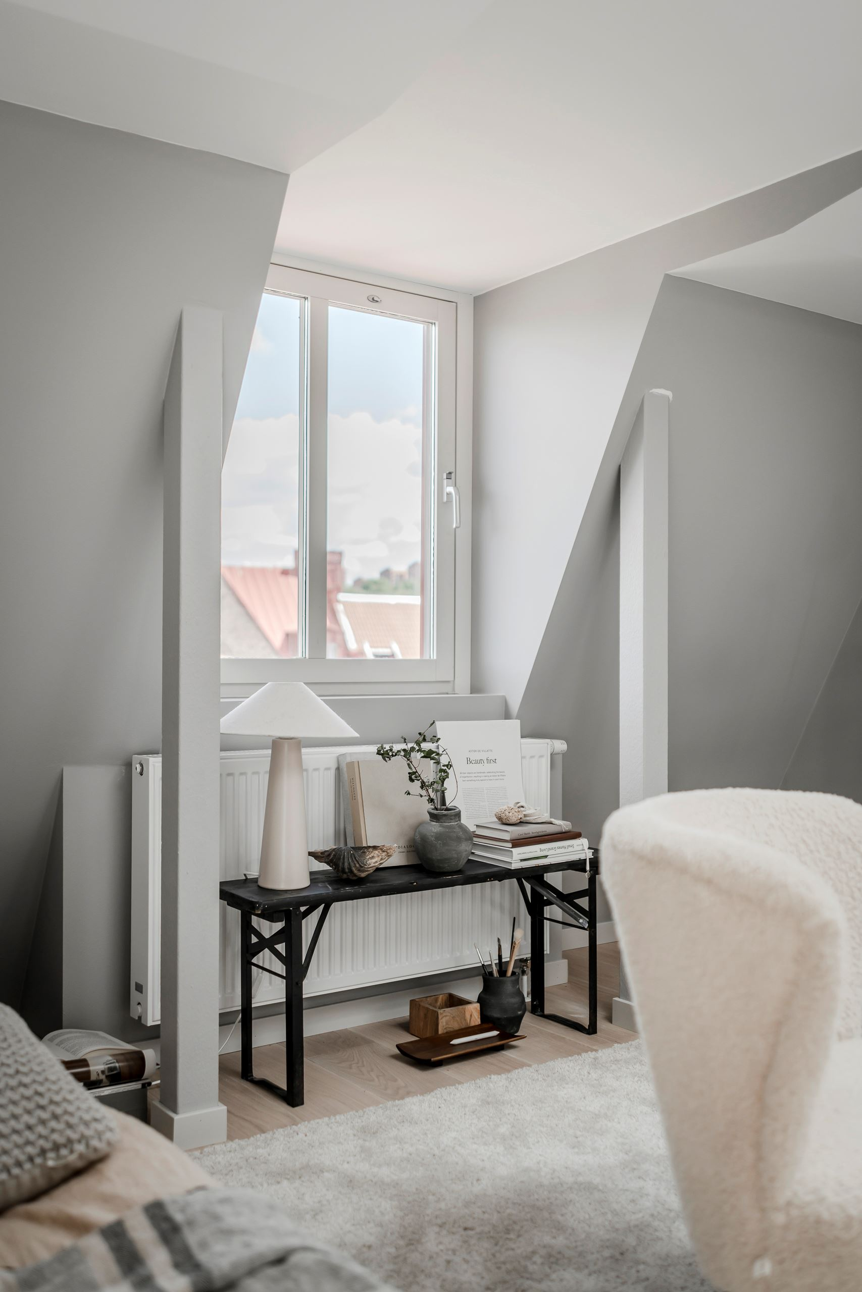 Plan deschis și decor nordic într o garsonieră la mansardă 35 m² 16