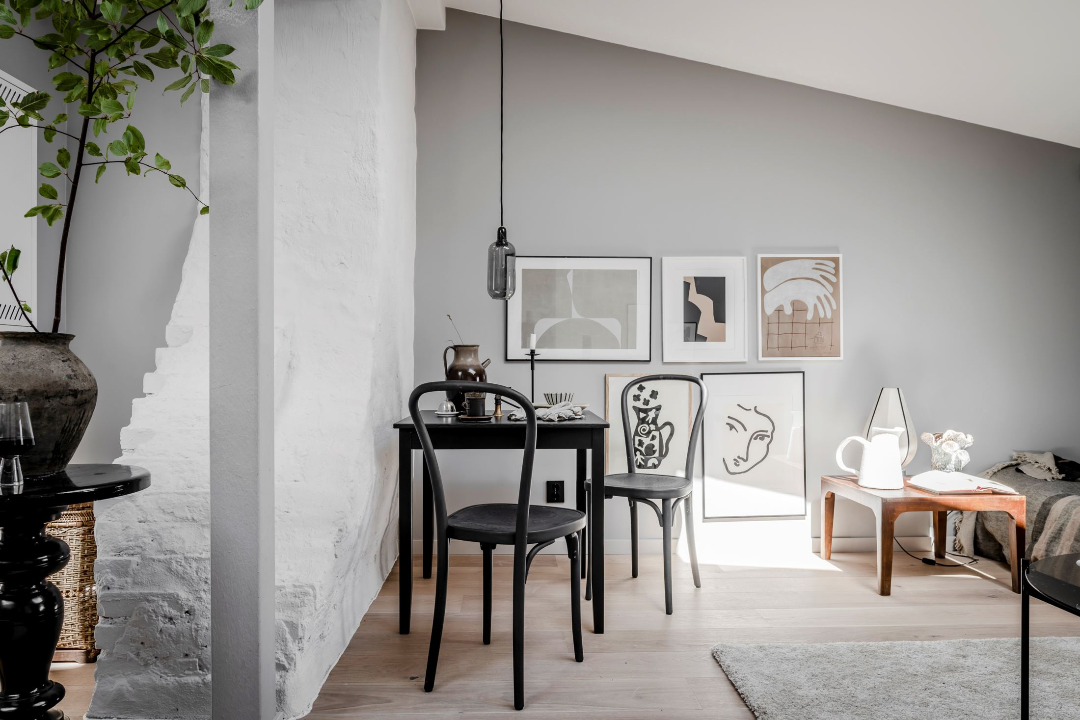 Plan deschis și decor nordic într o garsonieră la mansardă 35 m² 18