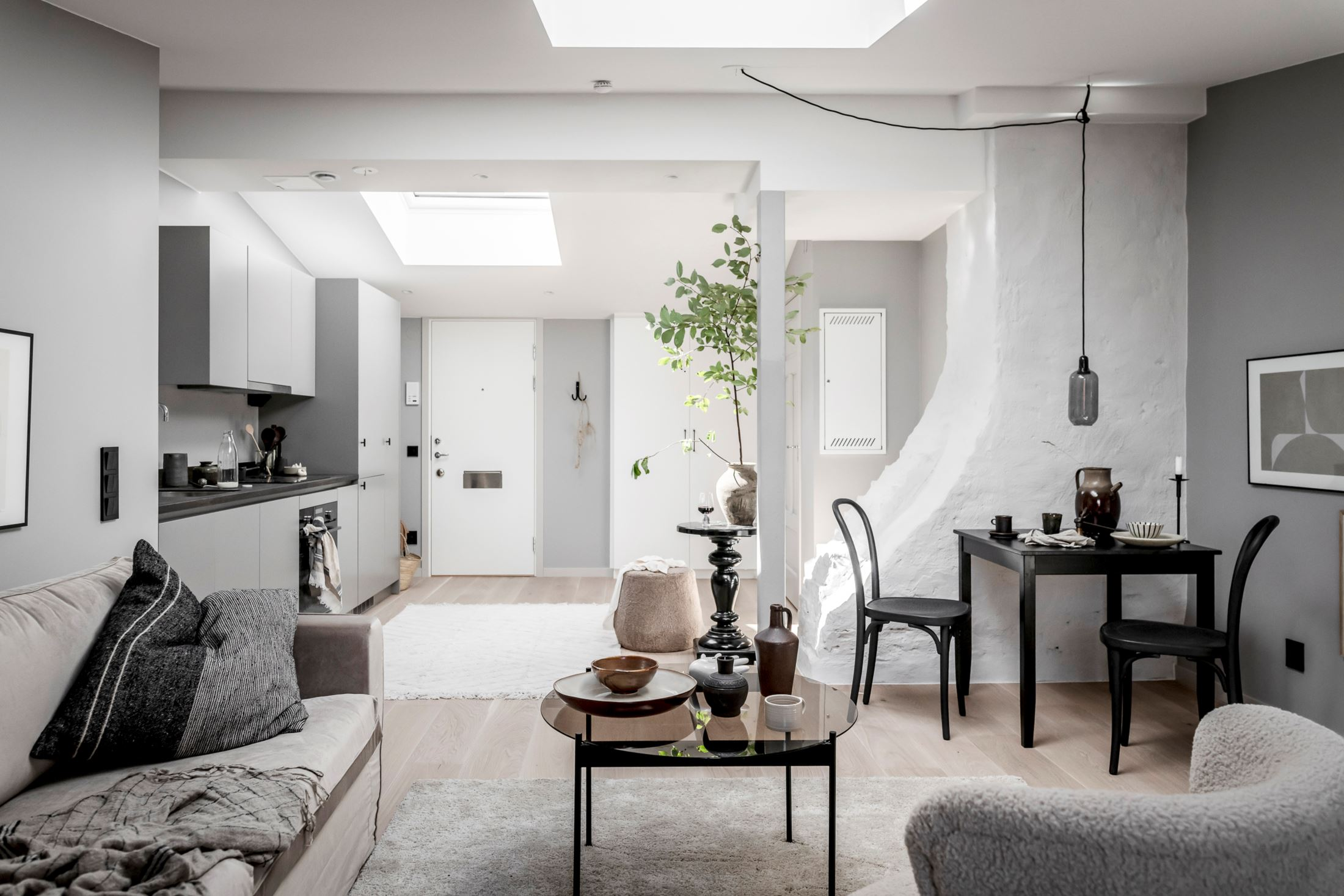 Plan deschis și decor nordic într o garsonieră la mansardă 35 m² 9