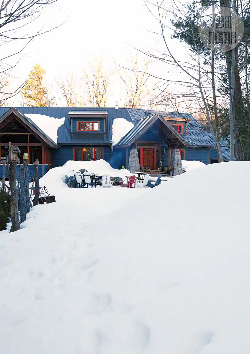 Decor de Crăciun într o cabană din mijlocul pădurii 10