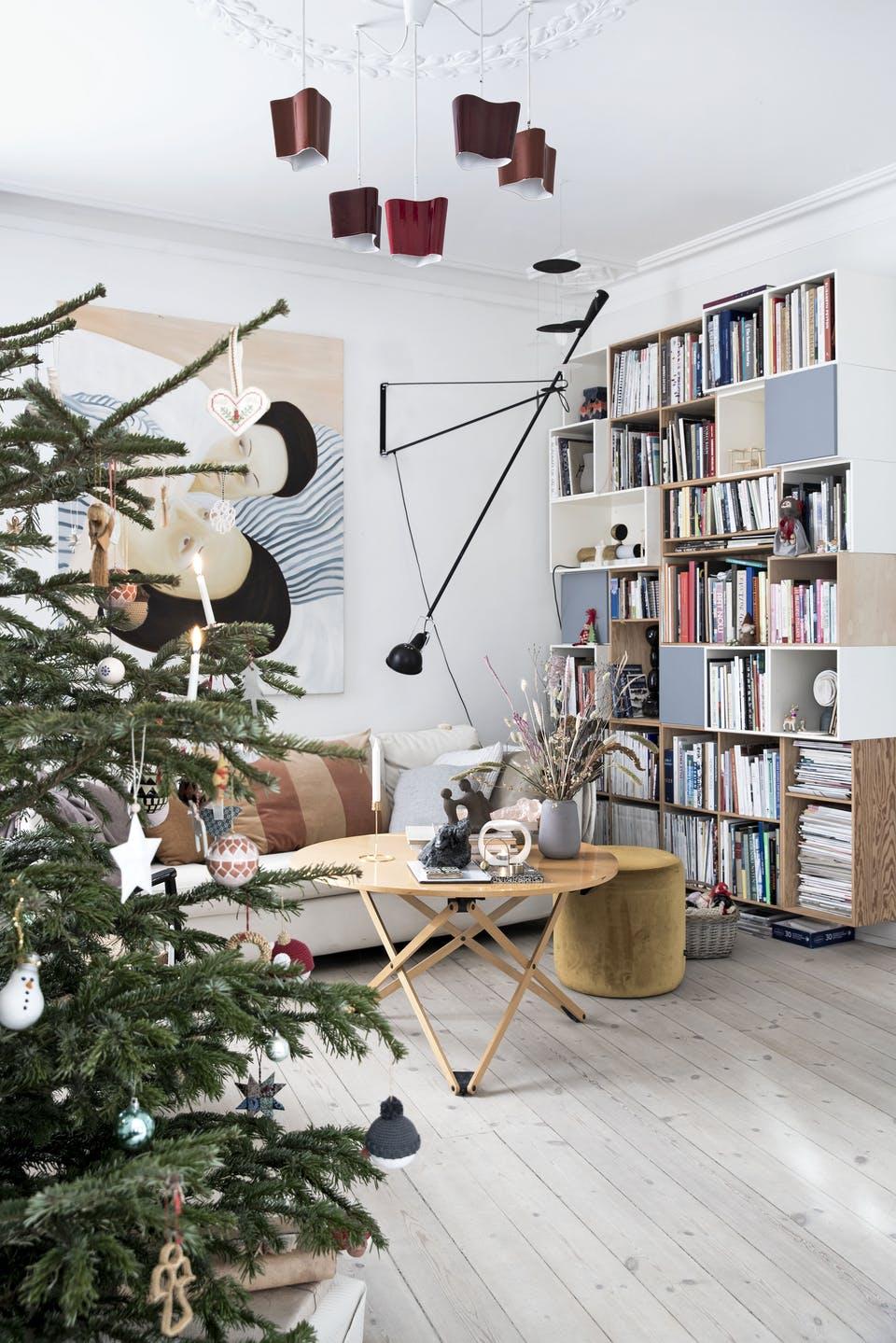 Decor de Crăciun într un apartament plin de tablouri 1