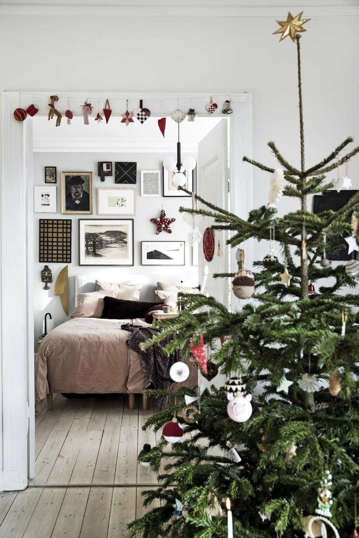 Decor de Crăciun într un apartament plin de tablouri 10