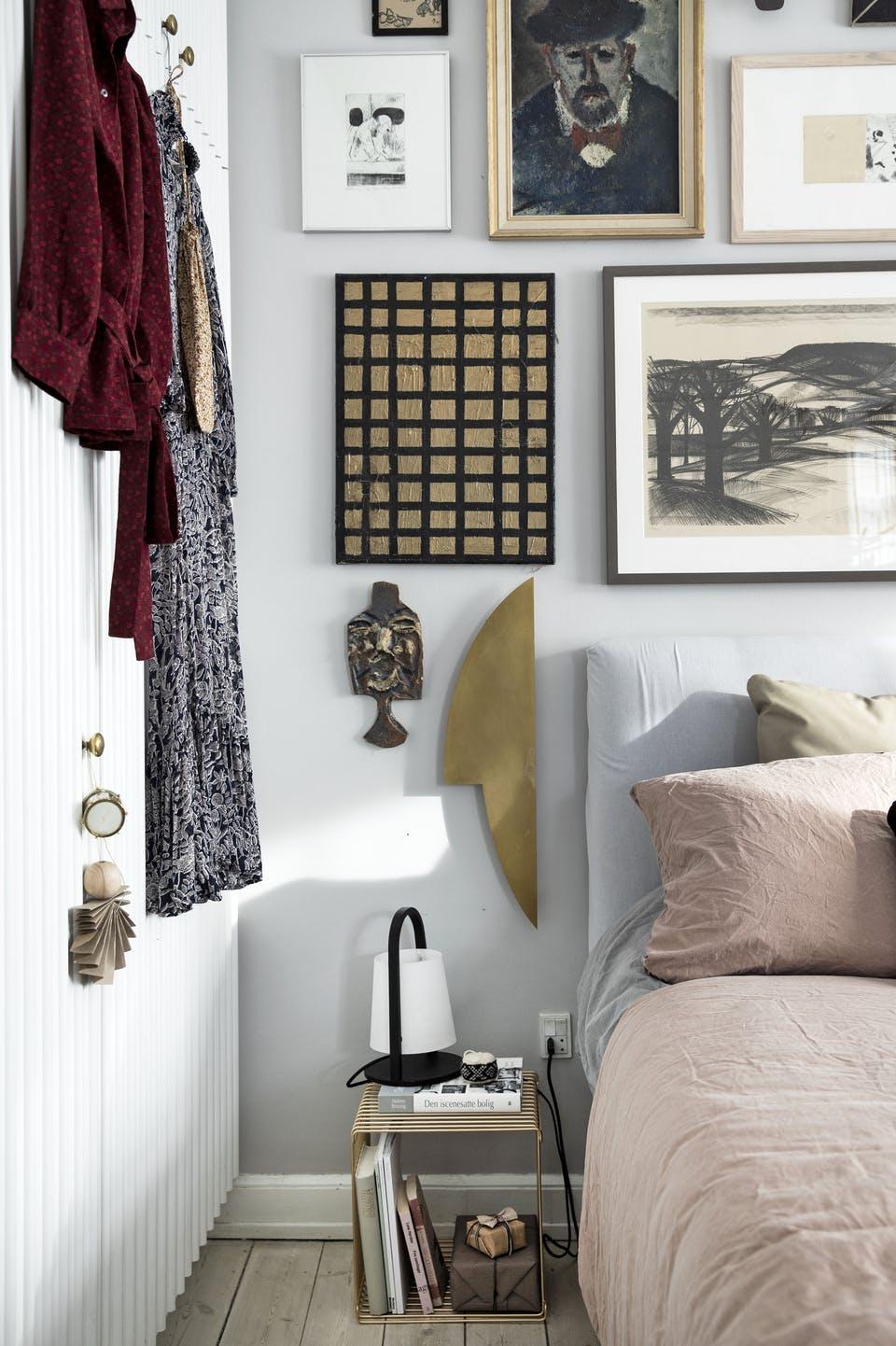 Decor de Crăciun într un apartament plin de tablouri 11