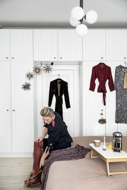Decor de Crăciun într un apartament plin de tablouri 12