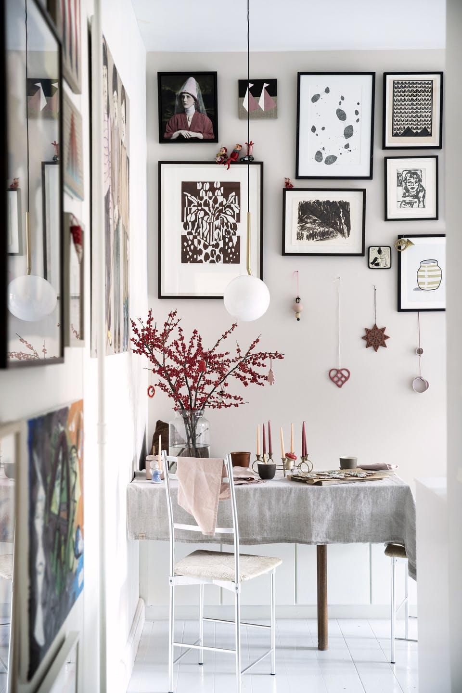 Decor de Crăciun într un apartament plin de tablouri 13