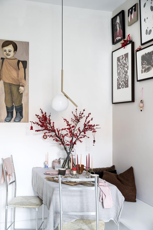 Decor de Crăciun într un apartament plin de tablouri 15