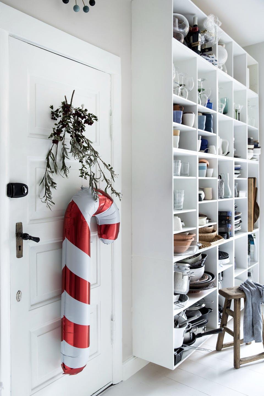 Decor de Crăciun într un apartament plin de tablouri 16