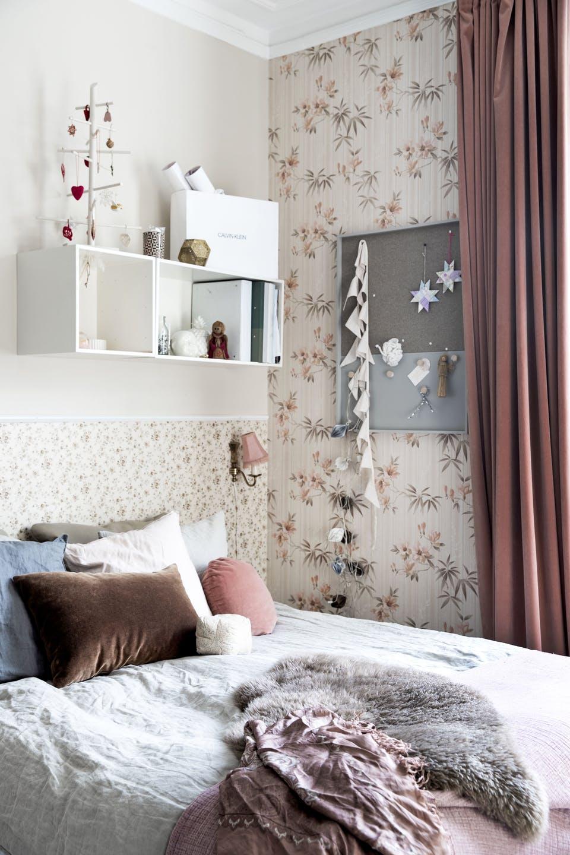 Decor de Crăciun într un apartament plin de tablouri 19