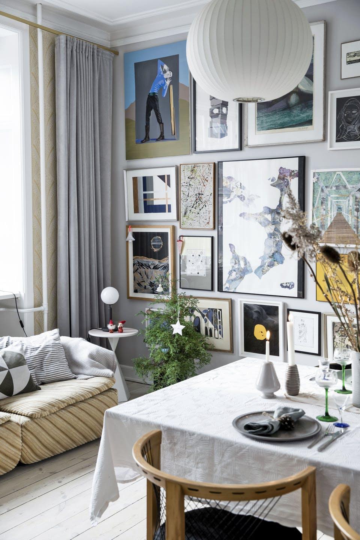 Decor de Crăciun într un apartament plin de tablouri 2