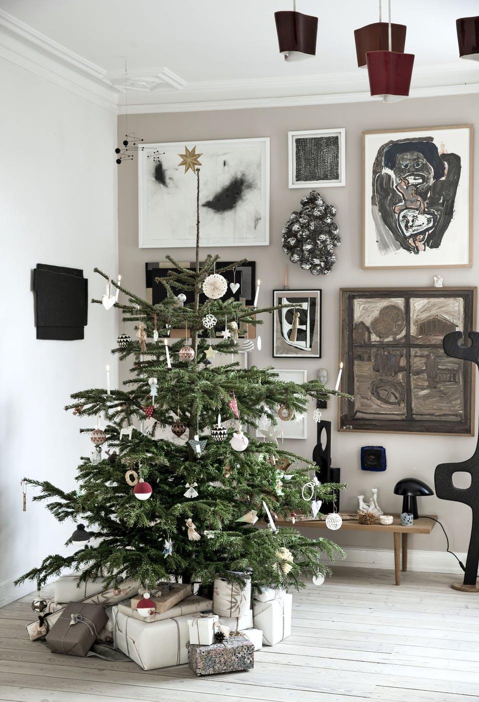 Decor de Crăciun într un apartament plin de tablouri 4
