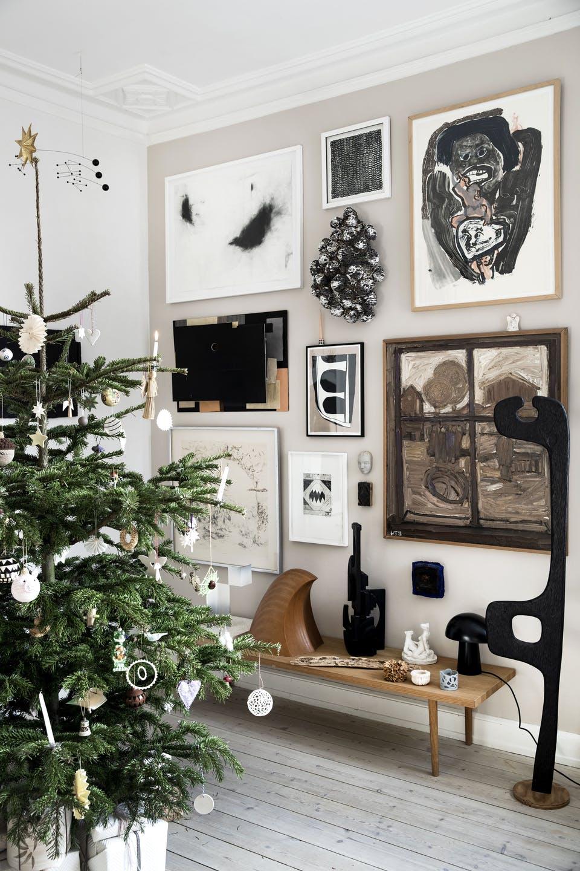 Decor de Crăciun într un apartament plin de tablouri 5
