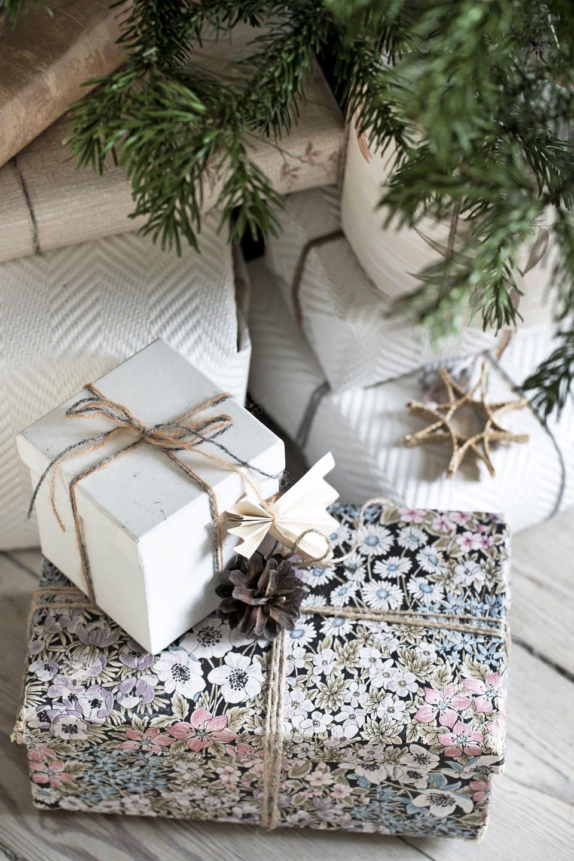 Decor de Crăciun într un apartament plin de tablouri 7