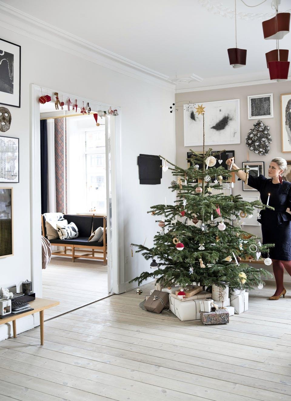 Decor de Crăciun într un apartament plin de tablouri 8