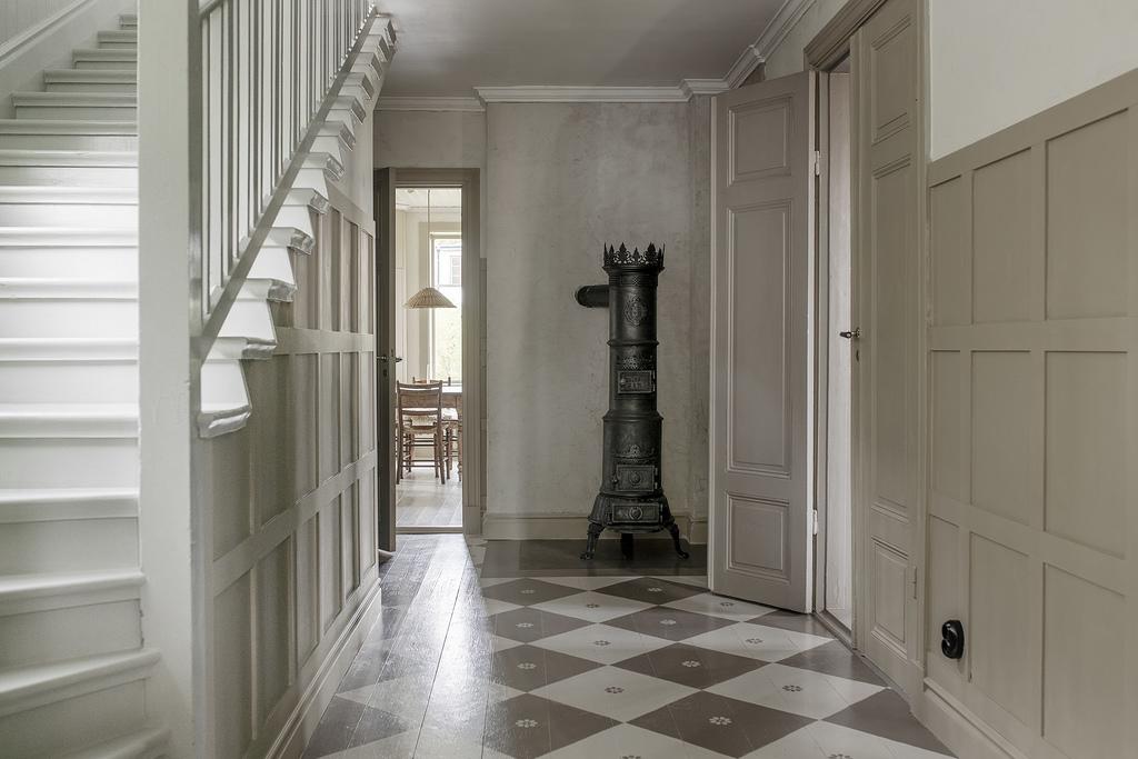 Tonuri naturale de culoare și mobilier rustic într o casă din 1884 1