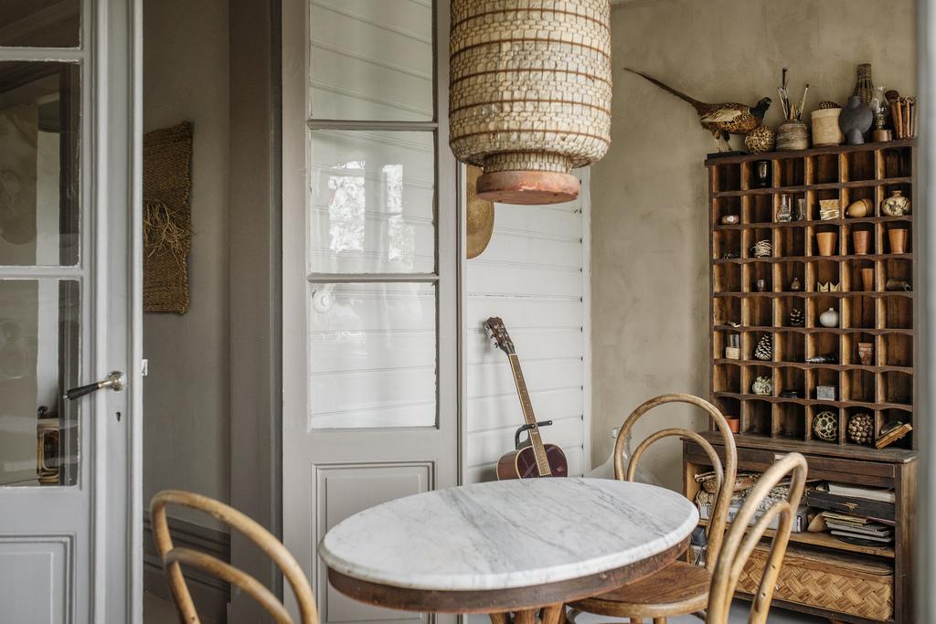 Tonuri naturale de culoare și mobilier rustic într o casă din 1884 9