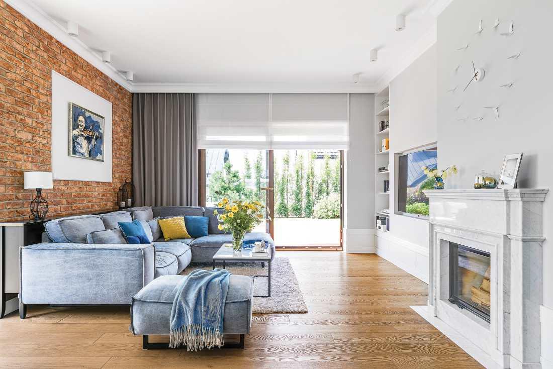 Cărămidă expusă și accente de albastru într o casă din Polonia 1