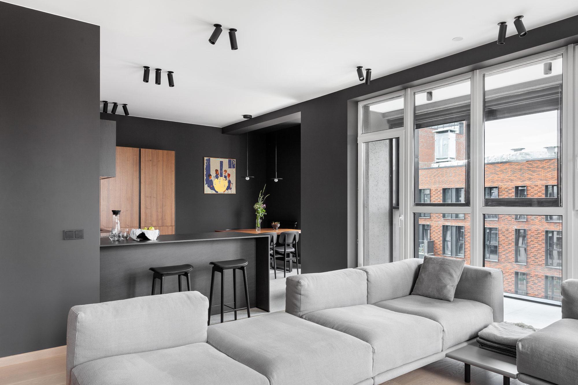 Pereți negrii mobilier din lemn și accente de orange într un apartament din Moscova 1