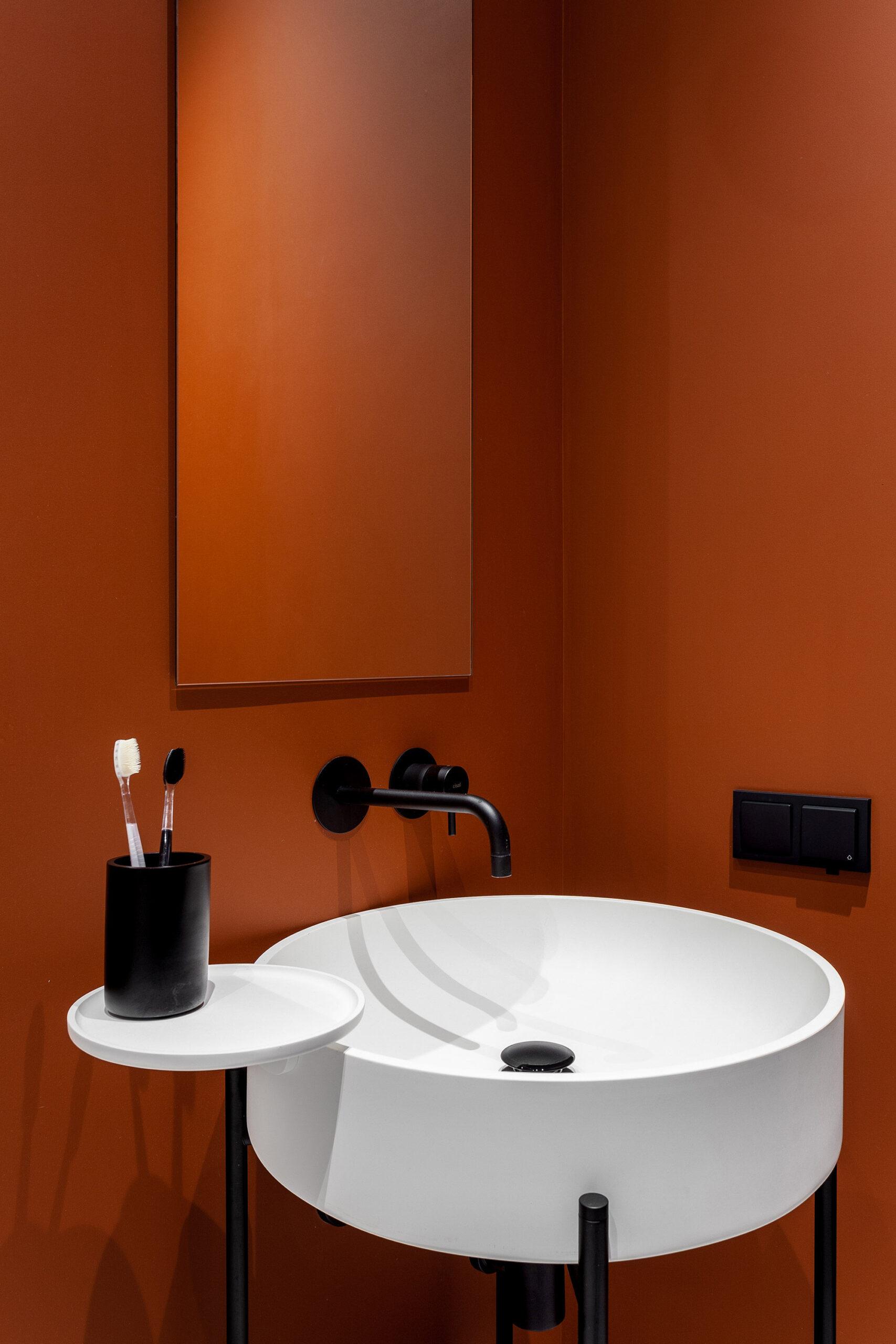 Pereți negrii mobilier din lemn și accente de orange într un apartament din Moscova 10 scaled