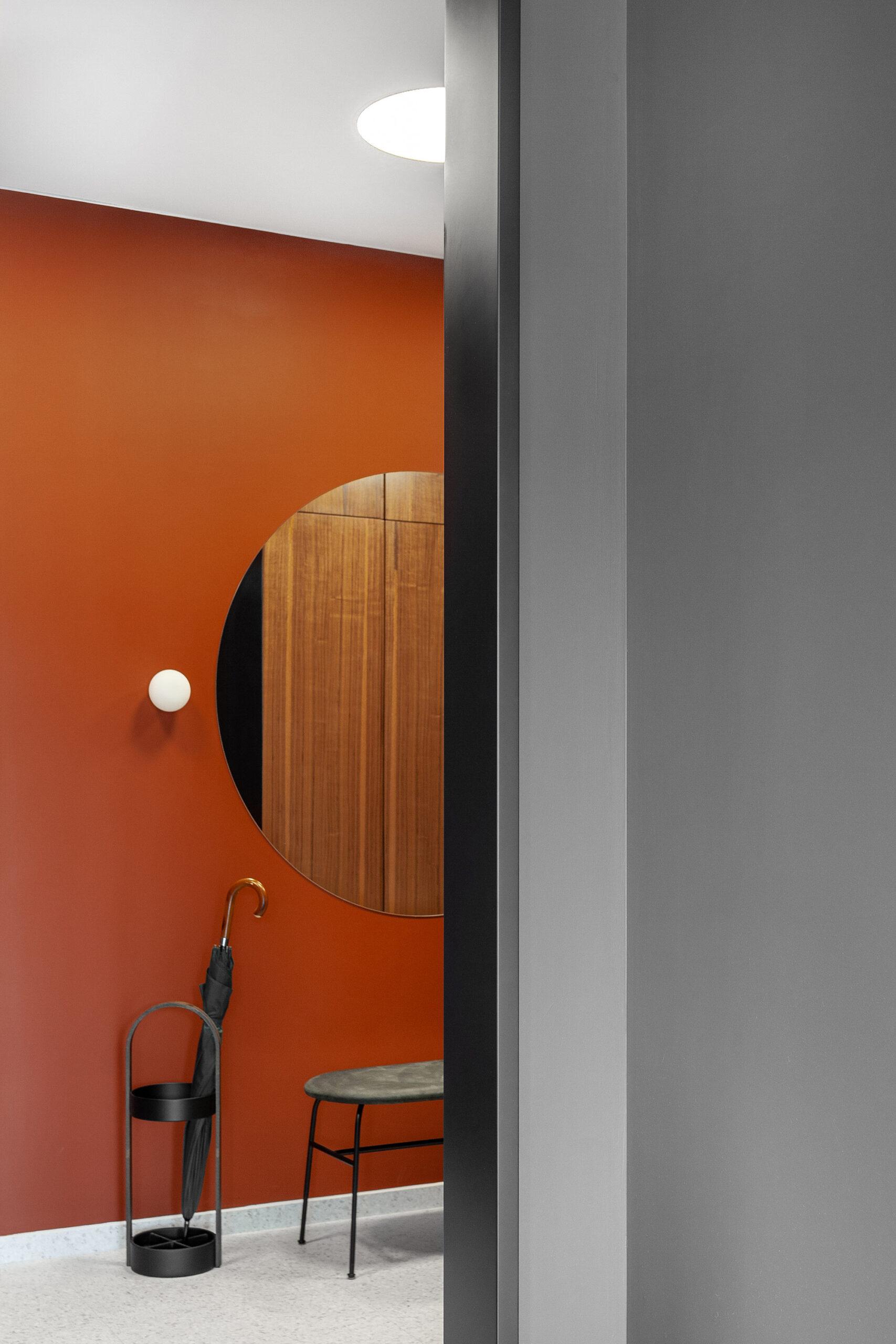 Pereți negrii mobilier din lemn și accente de orange într un apartament din Moscova 12 scaled
