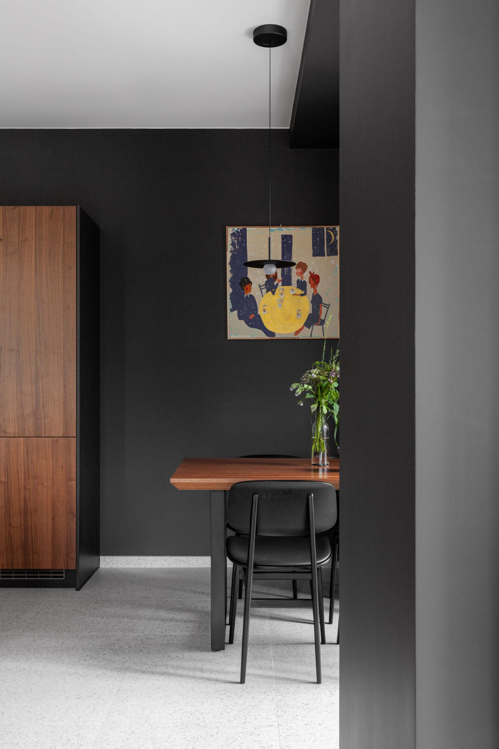 Pereți negrii mobilier din lemn și accente de orange într un apartament din Moscova 1a scaled