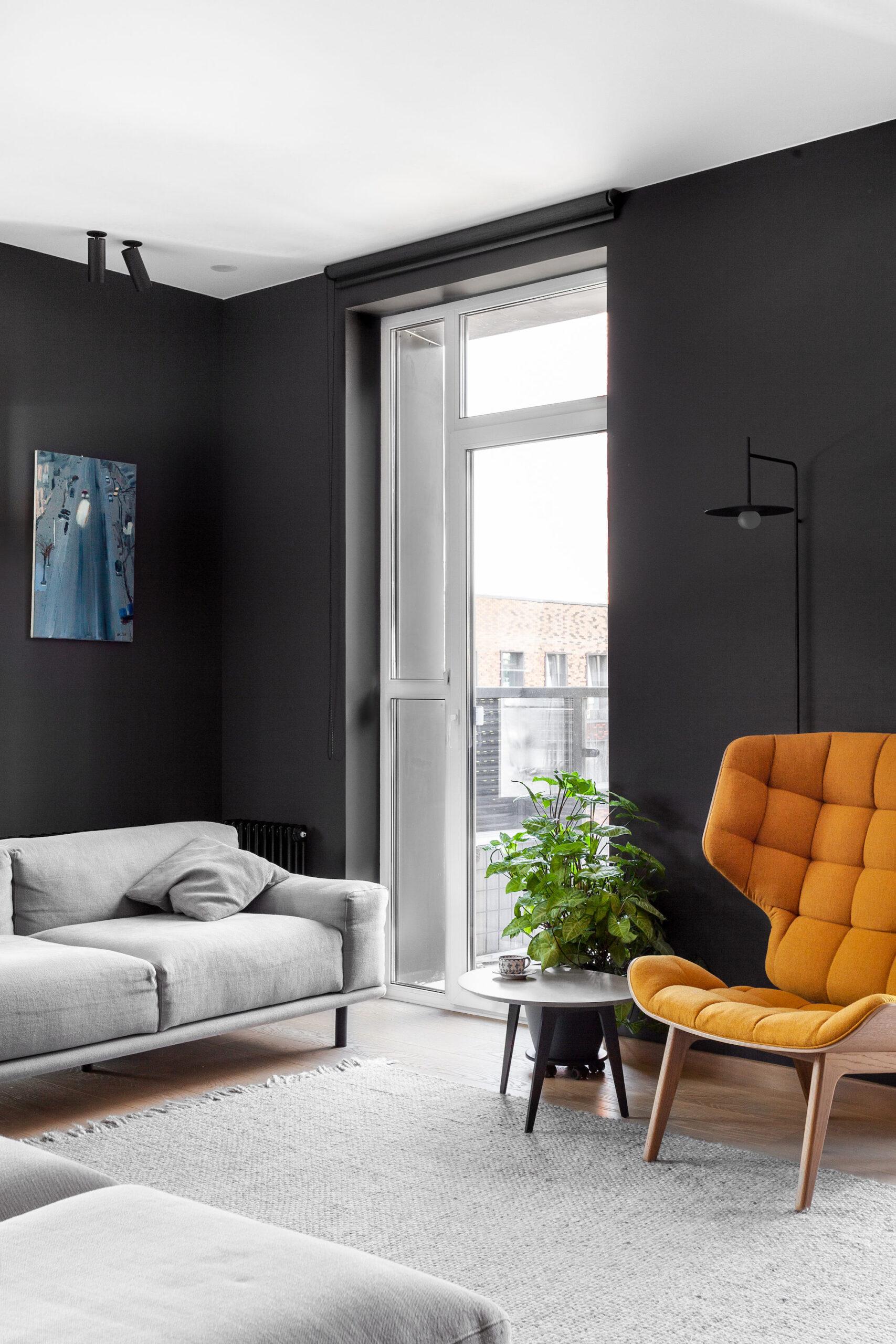 Pereți negrii mobilier din lemn și accente de orange într un apartament din Moscova 4 scaled