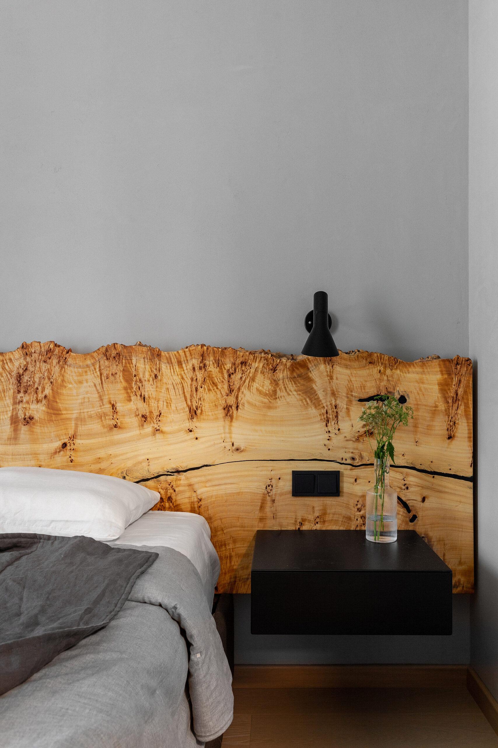 Pereți negrii mobilier din lemn și accente de orange într un apartament din Moscova 6 scaled