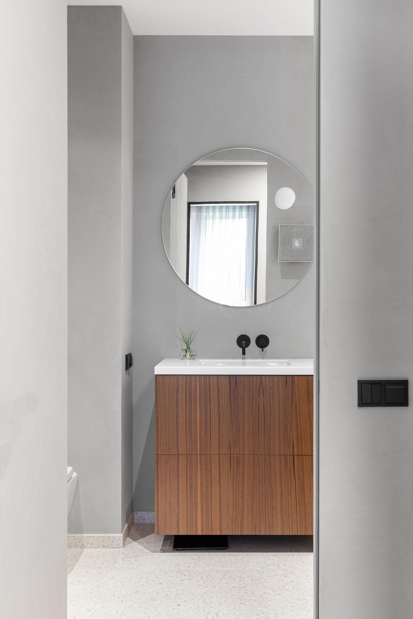 Pereți negrii mobilier din lemn și accente de orange într un apartament din Moscova 9 scaled