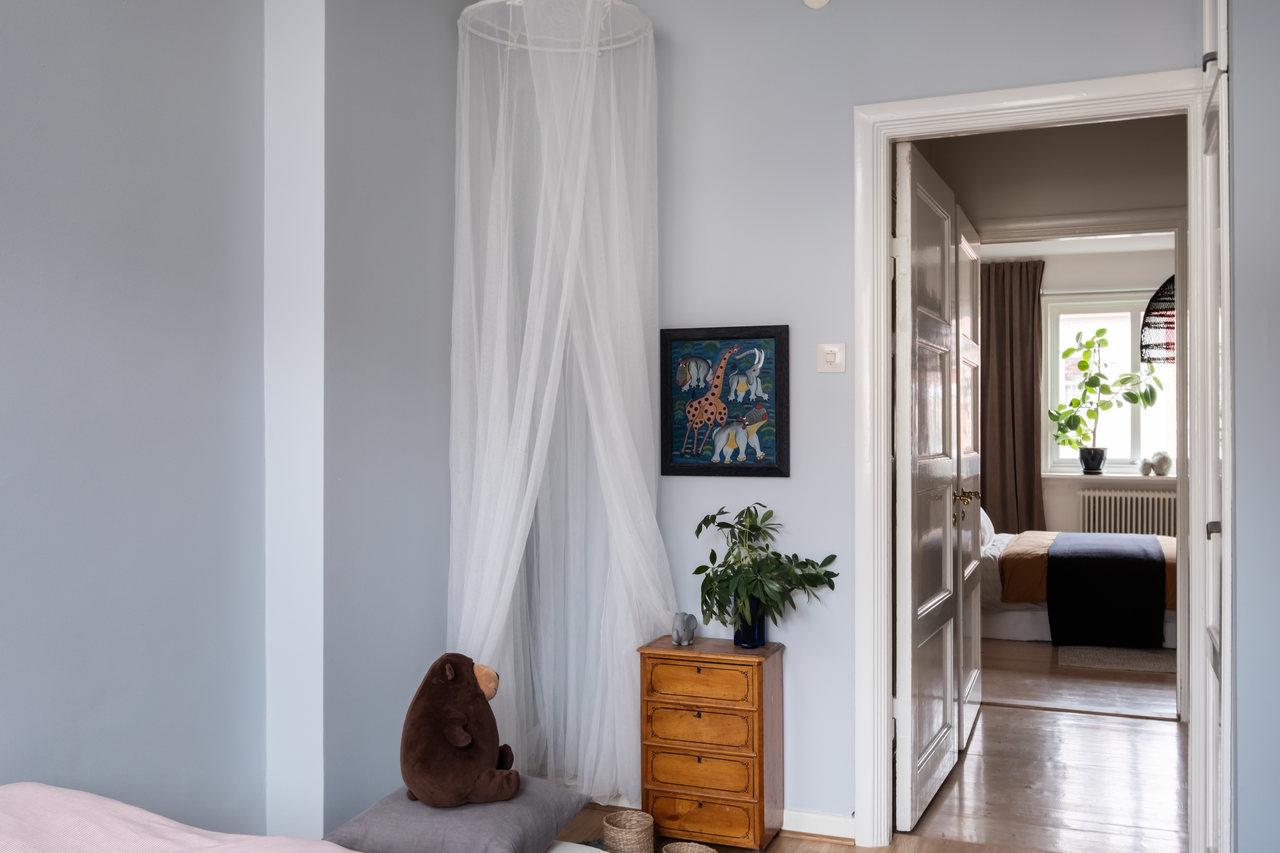 Motive etnice și accente calde de culoare într un apartament de 76 m² 9