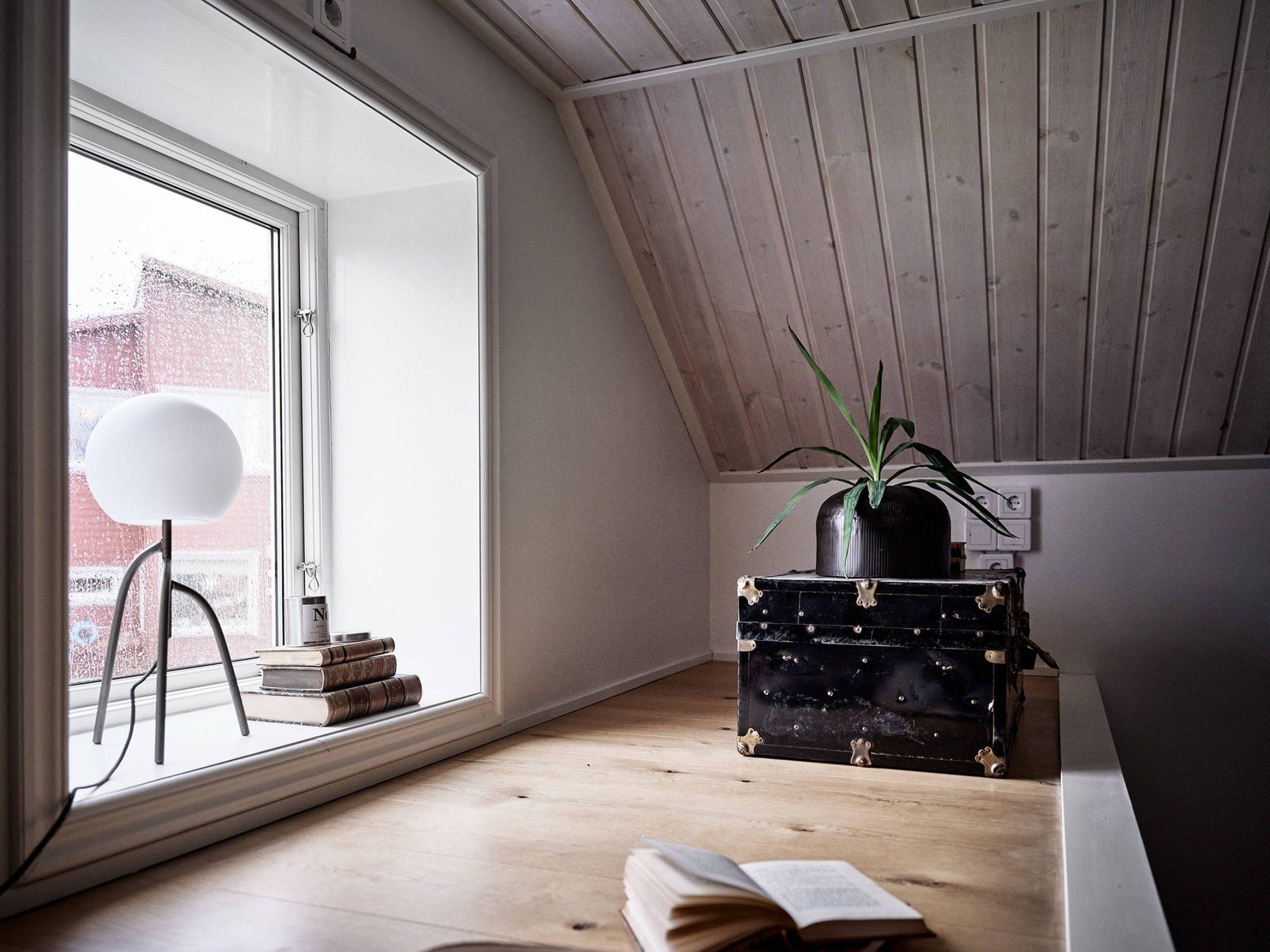 Tavan înclinat și decor rusti scandinav într o casă din Suedia 10