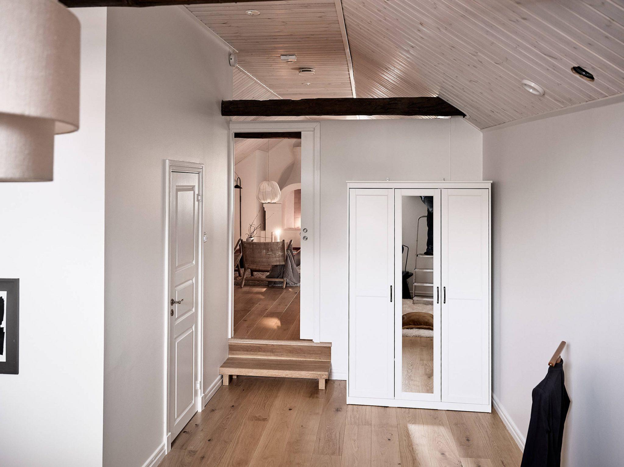 Tavan înclinat și decor rusti scandinav într o casă din Suedia 11